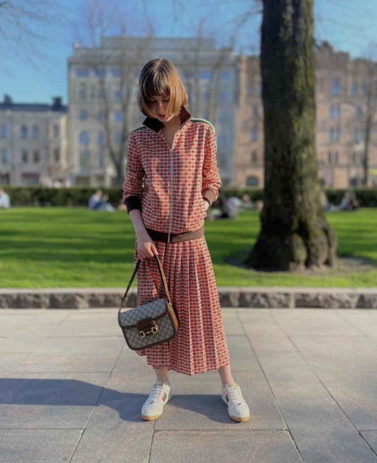 Naisella koko asu Gucci geometric jacquard -printtiä
